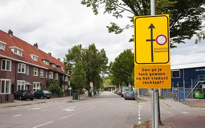 Dan ga je toch gewoon na het viaduct rechtsaf - Verkeersborden Strijp-S Eindhoven